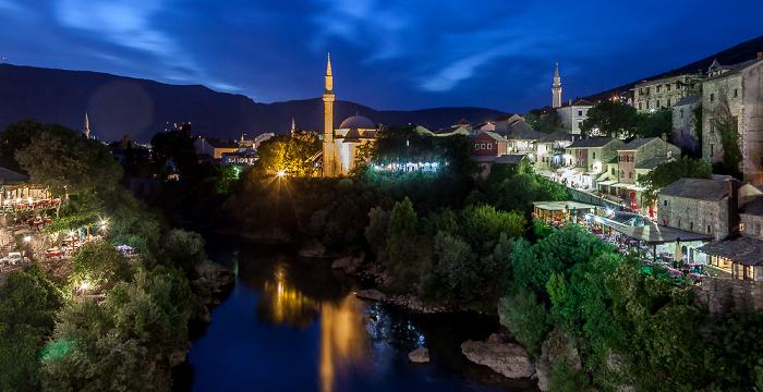 Mostar Blick von der Alten Brücke (Stari most): Altstadt Alte Brücke Koski-Mehmed-Pasha-Moschee Nesuh-Aga-Vucjakovic-Moschee