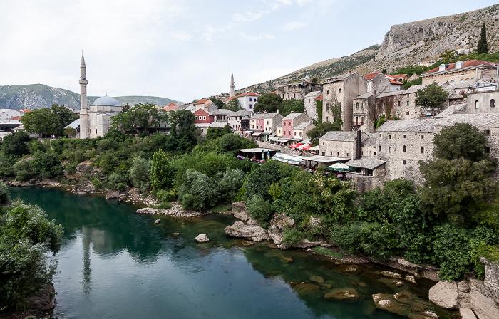 Mostar Blick von der Alten Brücke (Stari most): Altstadt, Neretva Alte Brücke Koski-Mehmed-Pasha-Moschee Nesuh-Aga-Vucjakovic-Moschee