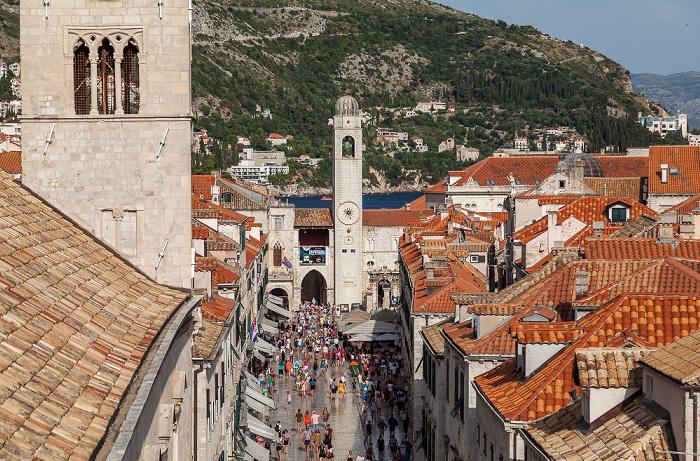 Blick von der Stadtmauer: Altstadt (Grad) mit Placa (Stradun) und Glockenturm (Gradski zvonik) Dubrovnik