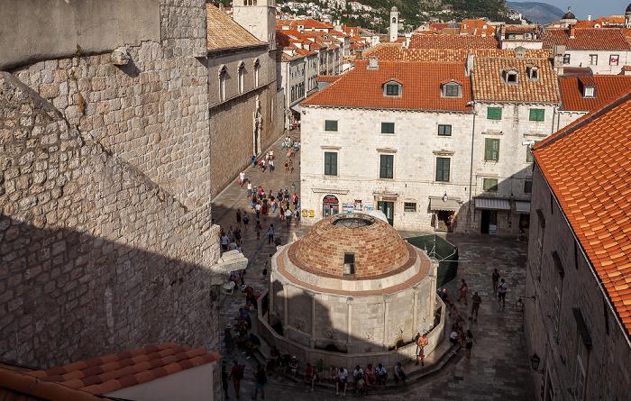 Blick von der Stadtmauer: Altstadt (Grad) mit dem Großen Onofriobrunnen (Velika Onofrijeva česma) Dubrovnik