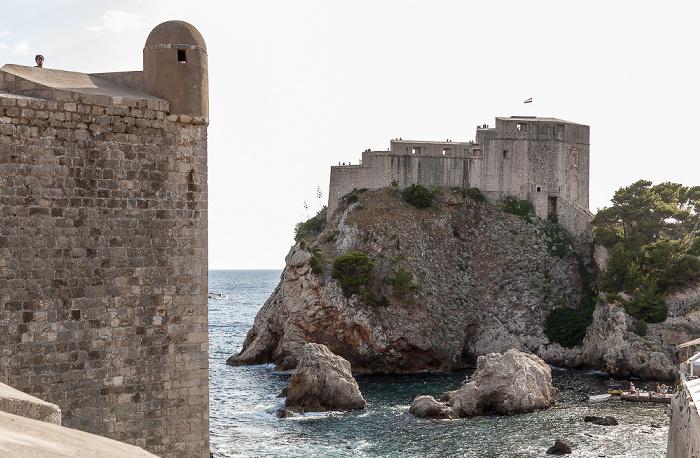 Blick von der Stadtmauer (v.l.): Festung Bokar, Adriatisches Meer (Mittelmeer), Einfahrt zum Westhafen und Festung Lovrijenac Dubrovnik