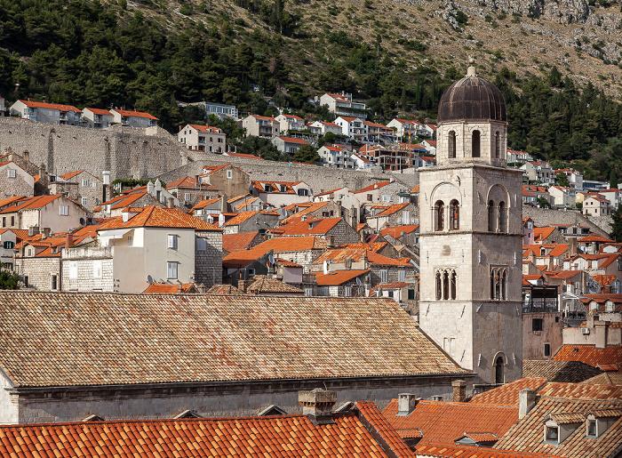 Dubrovnik Blick von der Stadtmauer: Altstadt (Grad) mit der Franziskanerkirche des Franziskanerklosters (Franjevacki samostan) Brdo Srđ