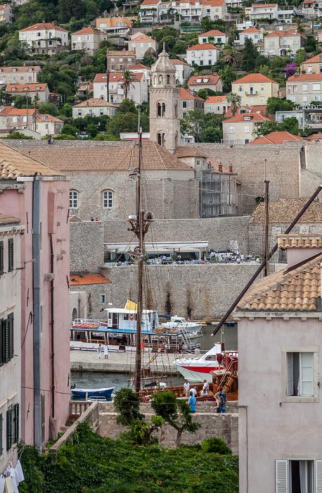 Blick von der Stadtmauer: Altstadt (Grad) mit Stadthafen und Dominikanerkloster (Dominikanski samostan) Dubrovnik