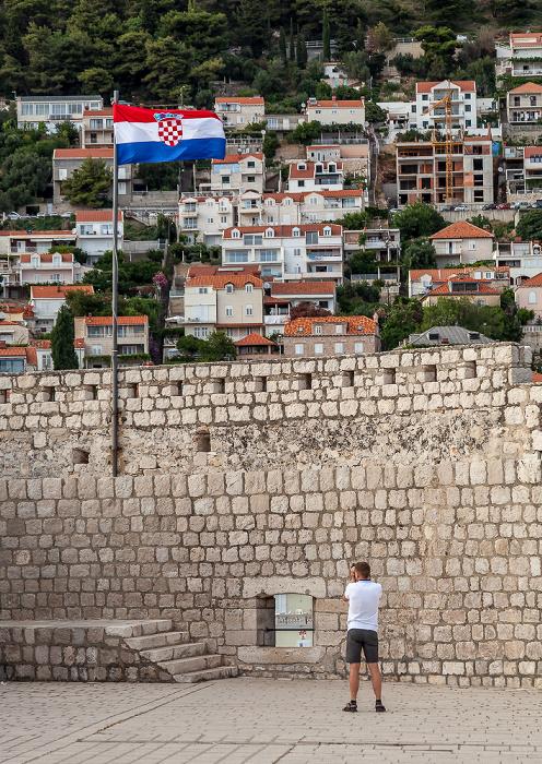 Altstadt (Grad): Stadtmauer mit kroatischer Flagge Dubrovnik