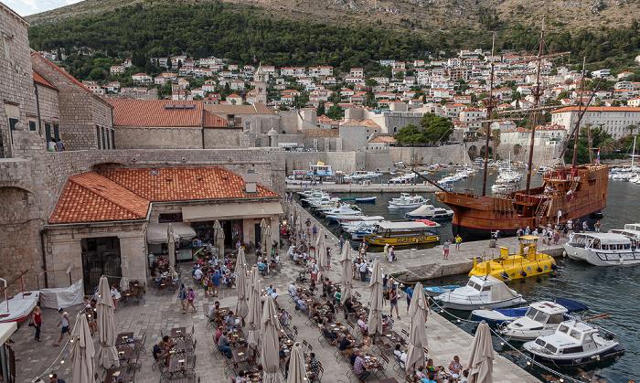 Dubrovnik Blick von der Stadtmauer: Altstadt (Grad) mit Stadthafen