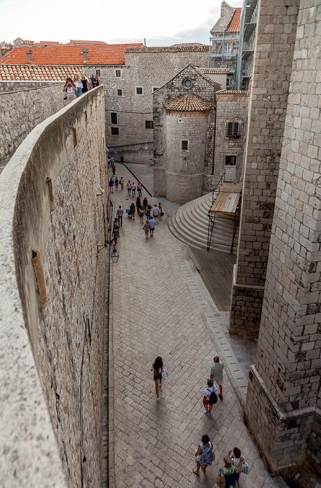 Blick von der Stadtmauer: Altstadt (Grad) mit Dominikanerkloster (Dominikanski samostan) Dubrovnik