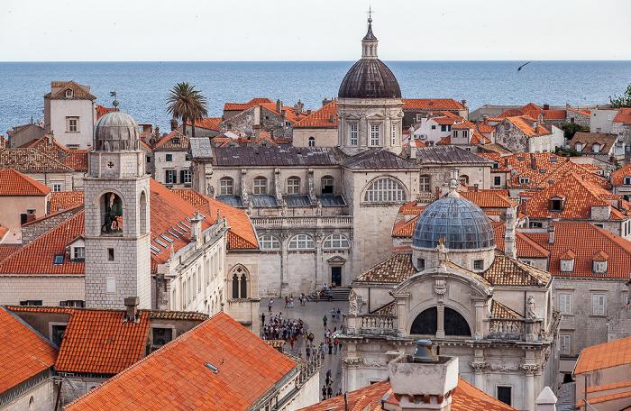 Blick von der Stadtmauer: Altstadt (Grad) mit (v.l.) Glockenturm (Gradski zvonik), der Kuppel der Kathedrale Mariä Himmelfahrt (Sveti Gospa) und der Kuppel von St. Blasius (Crkva sv. Vlaha) Dubrovnik