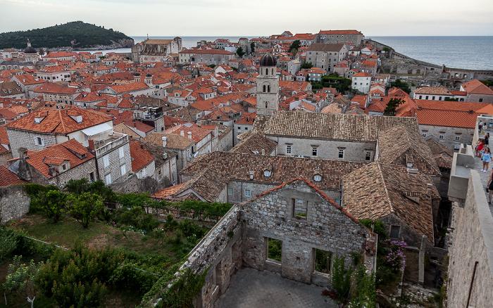 Blick von der Stadtmauer: Altstadt (Grad) mit dem Franziskanerkloster (Franjevacki samostan) Dubrovnik