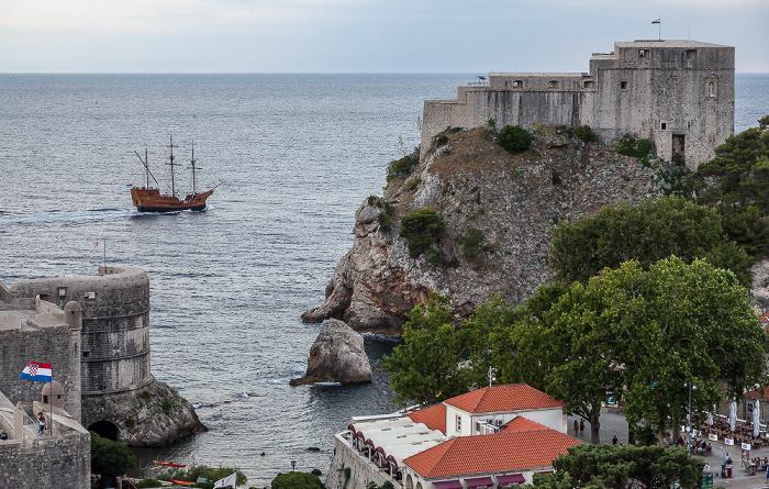 Dubrovnik Blick von der Stadtmauer: Westhafen und Festung Lovrijenac