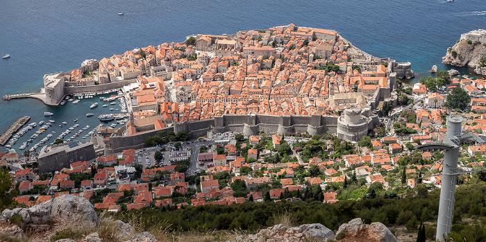 Dubrovnik Blick vom Brdo Srđ: Altstadt (Grad) mit Stadthafen und Stadtmauer