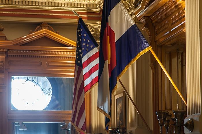 Denver Colorado State Capitol Building: Flaggen der Vereinigten Staaten von Amerika und Colorado