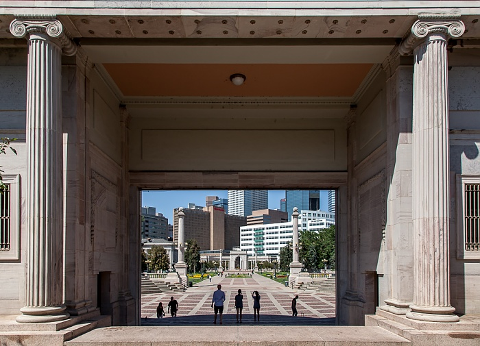 Denver Golden Triangle: Blick durch die Colonnade of Civic Benefactors auf den Civic Center Park Downtown Denver Greek Theater Sheraton Denver Downtown The Denver Post Building Voorhies Memorial