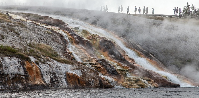 Midway Geyser Basin: Abfluss des Excelsior Geyser in den Firehole River Yellowstone National Park