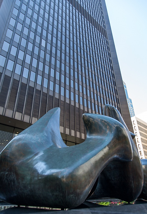 Downtown Seattle: 4th Avenue - Vertebrae (von Henry Moore) Safeco Plaza