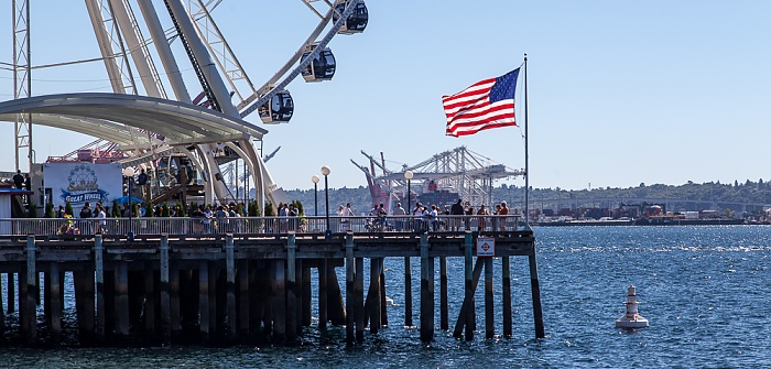 Central Waterfront mit Pier 57 und US-amerikanischer Flagge, Elliott Bay (Puget Sound) Seattle