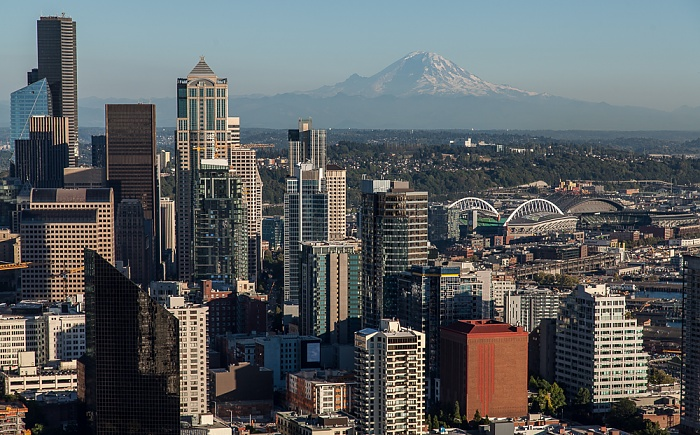 Blick von der Space Needle: Downtown Seattle und Mount Rainier CenturyLink Field Safeco Field