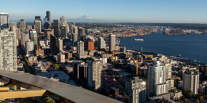 Blick von der Space Needle: Downtown Seattle und Elliott Bay (Puget Sound) Belltown