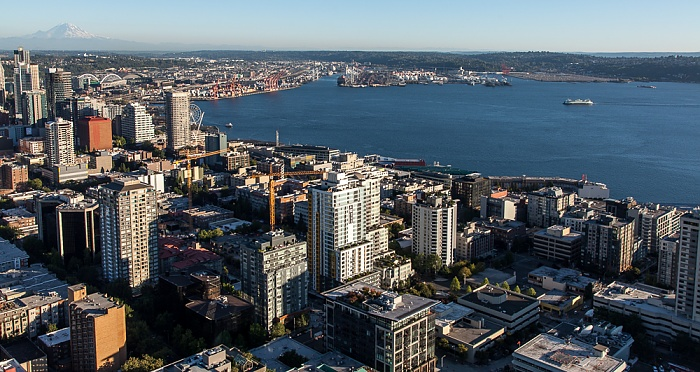 Seattle Blick von der Space Needle: Belltown, Central Waterfront und Elliott Bay (Puget Sound)