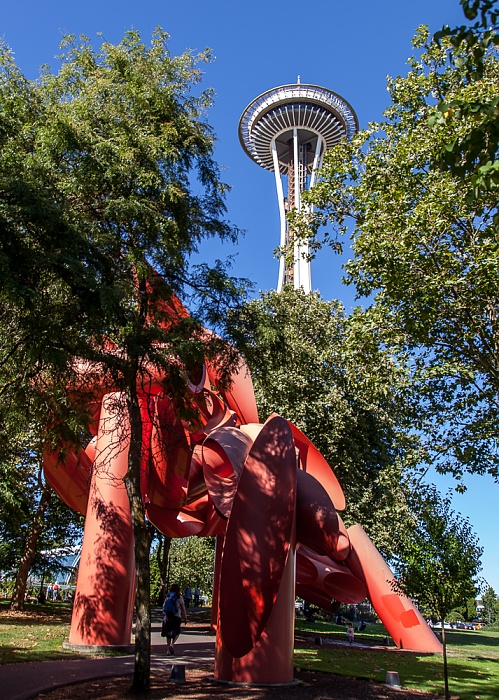 Seattle Center: Sculpture Garden - Olympic Iliad (von Alexander Liberman) Space Needle