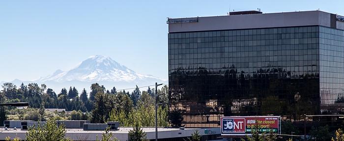Blick von der SeaTac/Airport Link Light Rail Station: SeaTac Office Tower North