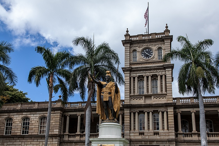 Downtown Honolulu: Hawaii Capital Historic District - Aliiolani Hale (King Kamehameha V Judiciary History Center) Kamehameha the Great Statue