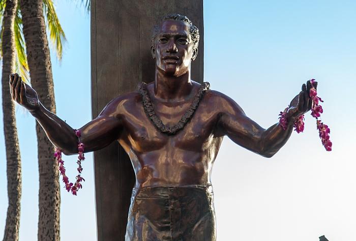 Waikiki: Kuhio Beach Park - Bronzestatue von Duke Kahanamoku Honolulu