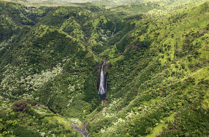 Blick aus dem Hubschrauber: Manawaiopuna Falls (Jurassic Park Falls) Kauai