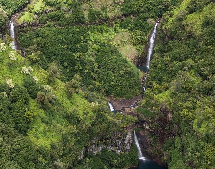 Blick aus dem Hubschrauber: Wasserfälle Kauai