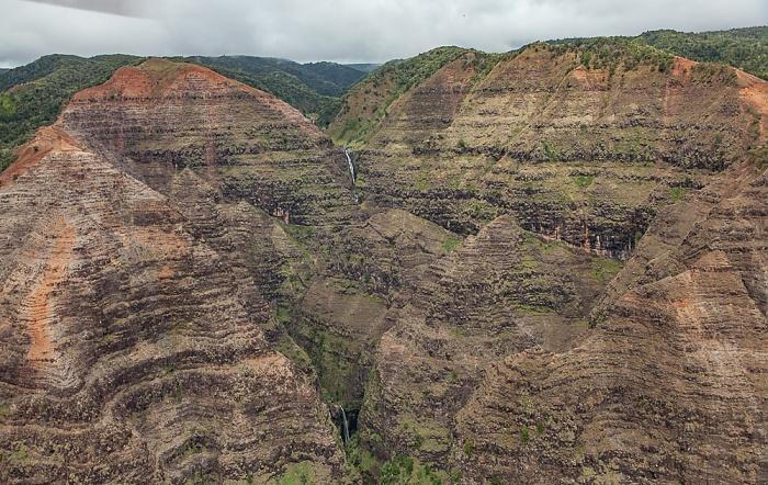 Blick aus dem Hubschrauber: Waimea Canyon - Wasserfälle Kauai