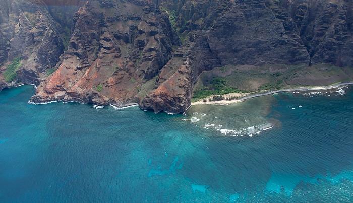 Kauai Blick aus dem Hubschrauber: Pazifik, Na Pali Coast mit dem Nualolo Kai State Park Luftbild aerial photo
