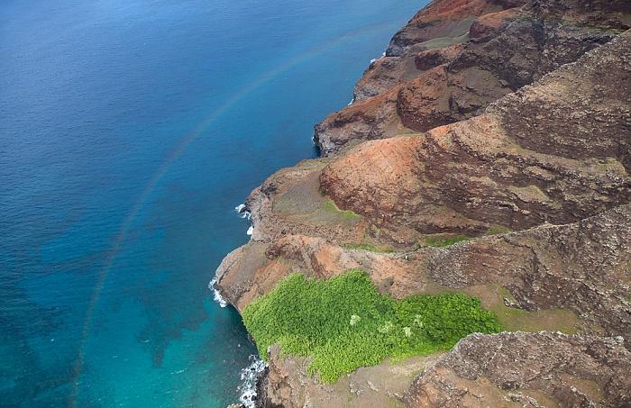 Kauai Blick aus dem Hubschrauber: Pazifik, Na Pali Coast mit Regenbogen Luftbild aerial photo