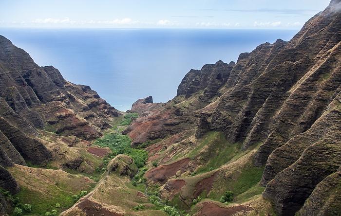 Kauai Blick aus dem Hubschrauber: Na Pali Coast mit dem Honopu Valley Luftbild aerial photo