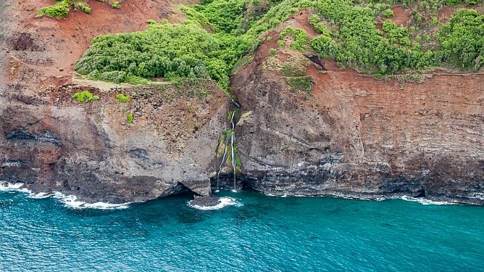 Kauai Blick aus dem Hubschrauber: Pazifik, Na Pali Coast mit Wasserfällen Luftbild aerial photo