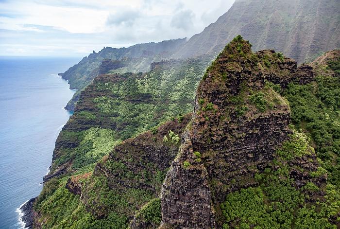 Kauai Blick aus dem Hubschrauber: Pazifik, Na Pali Coast mit dem Hanakoa Valley Luftbild aerial photo