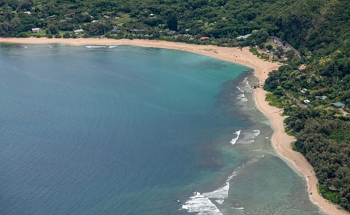 Kauai Blick aus dem Hubschrauber: Pazifik, Maniniholo Bay und Ha'ena Beach County Park Luftbild aerial photo