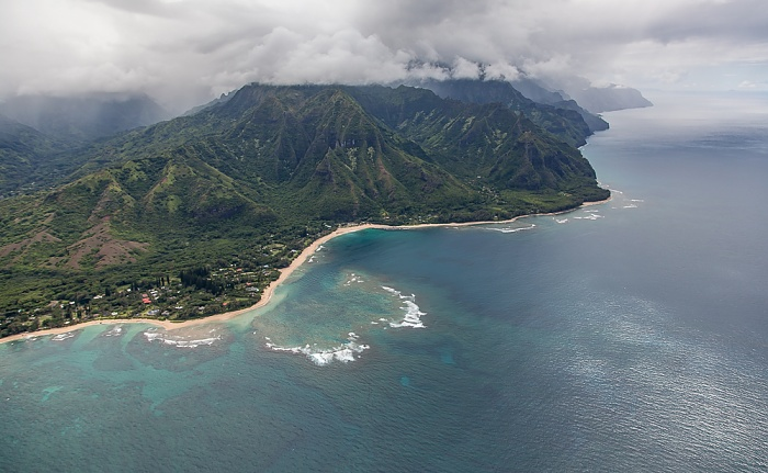 Kauai Blick aus dem Hubschrauber: Pazifik, Maniniholo Bay und Ha'ena Beach County Park Na Pali Coast Luftbild aerial photo