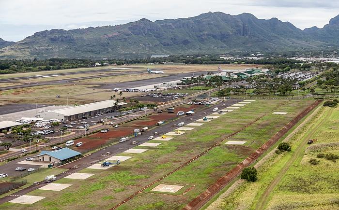 Kauai Blick aus dem Hubschrauber: Lihue Airport und Hoary Head Ridge Luftbild aerial photo