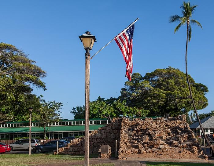 Lahaina Banyan Court Park: Old Fort Walls