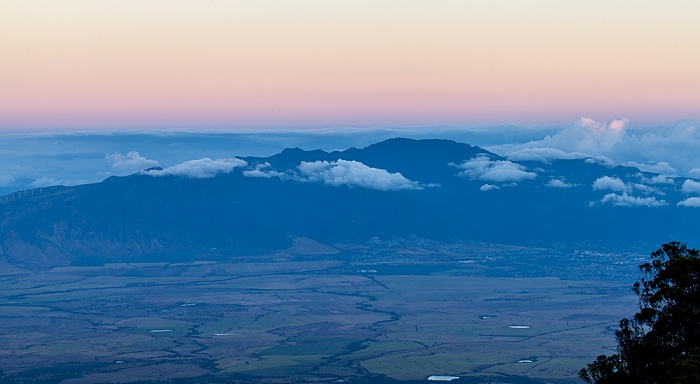 Blick vom Haleakala Highway (1950 m): West Maui Mountains