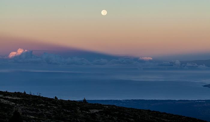 Blick vom Haleakala Highway (1950 m): Vollmond über Pazifik