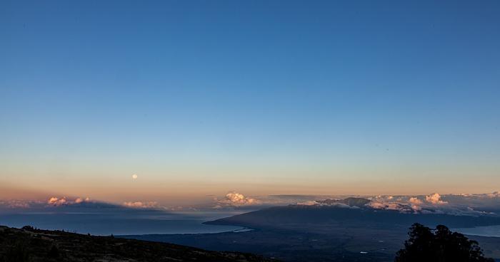 Blick vom Haleakala Highway (1950 m): Pazifik und West Maui
