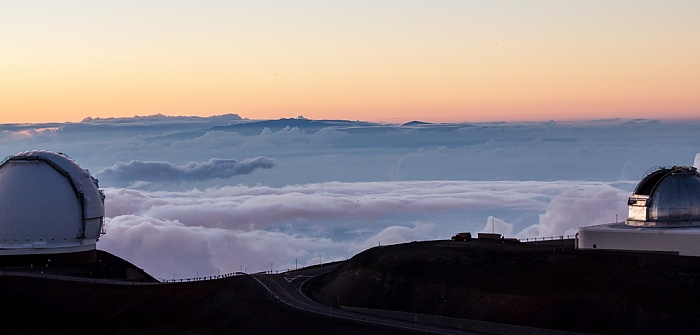 Mauna Kea Mauna-Kea-Observatorium: Keck-Observatorium (II) und NASA Infrared Telescope Facility (rechts)