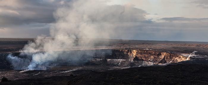 Hawaii Volcanoes National Park Blick vom Thomas A. Jaggar Museum Observation Deck: Kilauea Caldera mit dem Halemaumau Crater