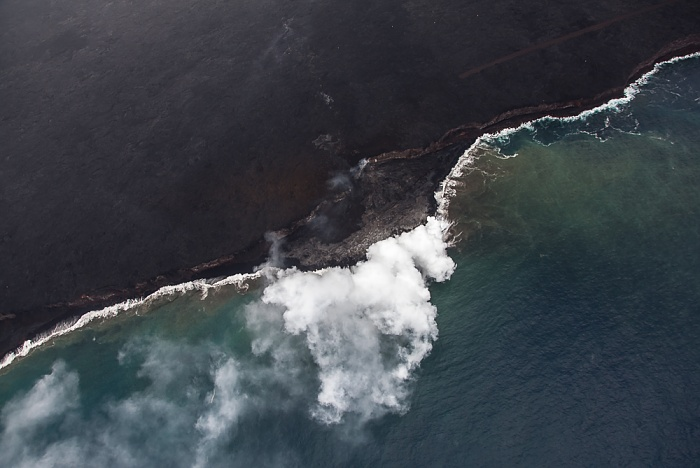 Big Island Blick aus dem Hubschrauber: Pazifik, Dampfwolken, Kilauea-Lavafelder Luftbild aerial photo