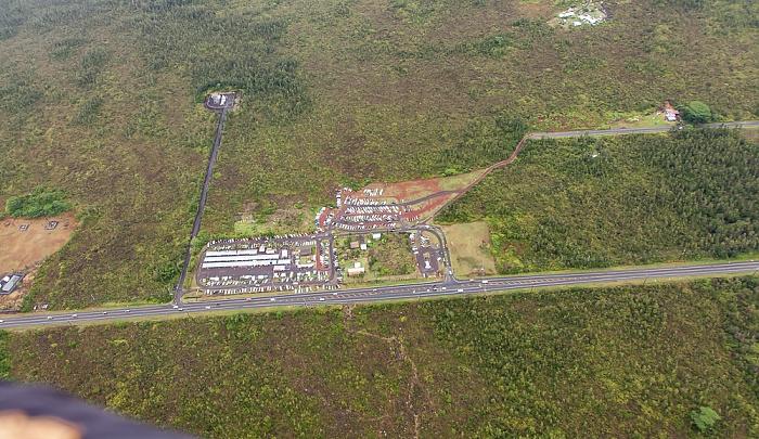 Big Island Blick aus dem Hubschrauber: Ainaloa - Maku'u Farmers Market, Keaau Pahoa Road Luftbild aerial photo