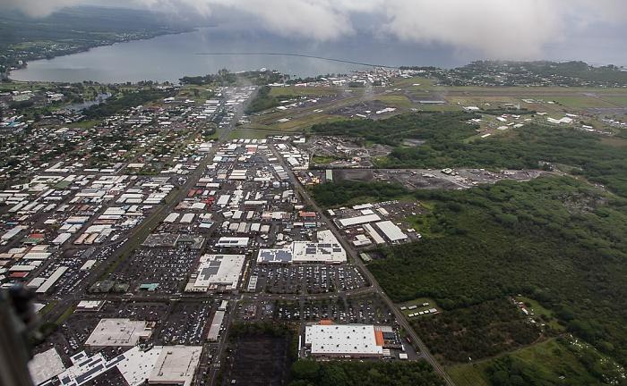 Big Island Blick aus dem Hubschrauber: Hilo und Hilo Bay Prince Kuhio Plaza Mall Luftbild aerial photo