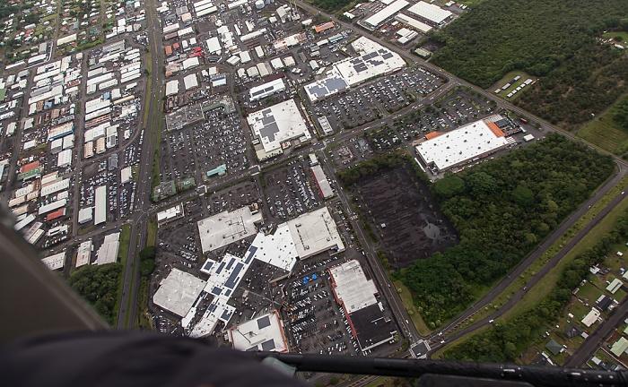 Big Island Blick aus dem Hubschrauber: Hilo mit der Prince Kuhio Plaza Mall (unten) Luftbild aerial photo