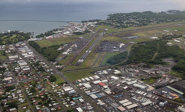 Big Island Blick aus dem Hubschrauber: Hilo mit dem Hilo International Airport  Luftbild aerial photo