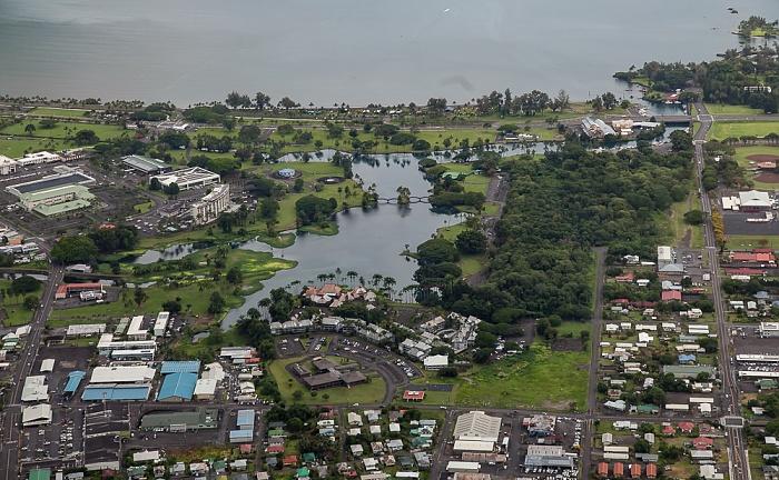Big Island Blick aus dem Hubschrauber: Hilo mit dem Wailoa River State Park und dem Wailoa Pond Hilo Bay Luftbild aerial photo
