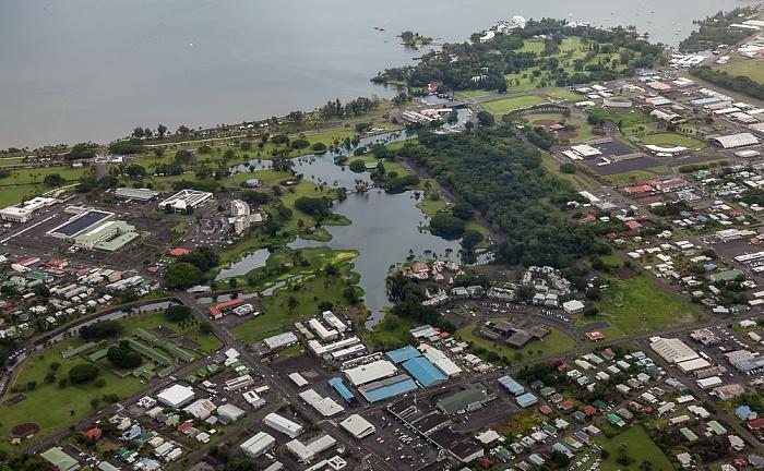 Big Island Blick aus dem Hubschrauber: Hilo mit dem Wailoa River State Park und dem Wailoa Pond Banyan Golf Course Hilo Bay Liliuokalani Park and Gardens Luftbild aerial photo